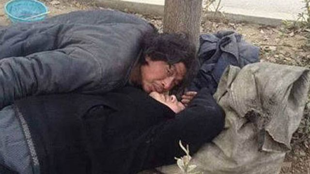 News video: Drunk Awakes to Homeless Man Tenderly Kissing Him